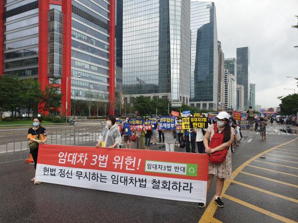 1일 오후 서울 영등포구 여의도에서 열린 '전국민 조세 저항' 집회 참가자들이 더불어민주당 당사로 행진하고 있다. /이기우 기자