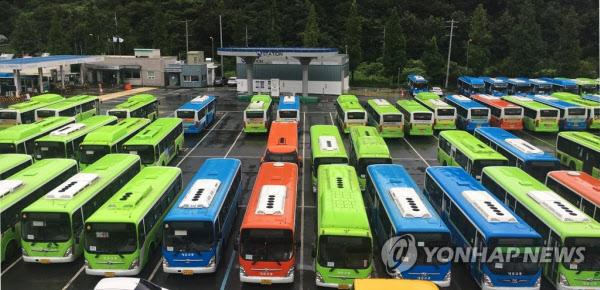 지난달 30일 임금협상 결렬로 파업에 돌입한 경남 창원 시내버스 6개사가 파업에 돌입한 가운데 창원 마산합포구 덕동동 공영버스 차고지에 멈춰서있는 시내버스들. /연합뉴스