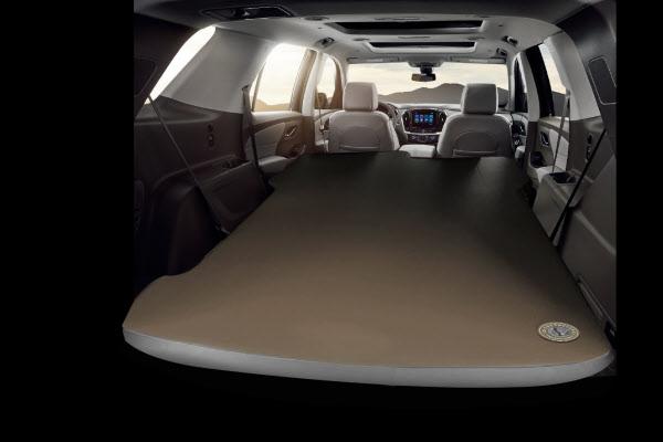 '차박'이 가능한 한국GM의 대형 SUV 트래버스. 차 안에서 잠을 잘 수 있게끔 2,3열 좌석을 접고 에어매트를 깐 모습이다./한국GM