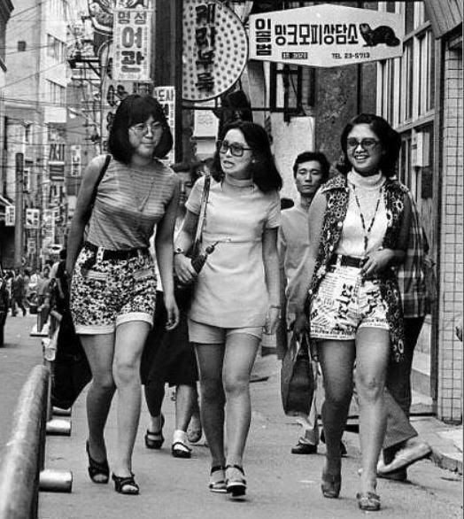 1970년대 미니스커트와 함께 유행한 핫팬츠 차림의 여성들이 활보하는 서울 명동 거리. /조선DB
