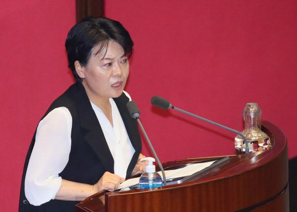 미래통합당 윤희숙 의원이 30일 국회 본회의에서 임대차법에 대해 반대하는 발언하고 있다. /연합뉴스
