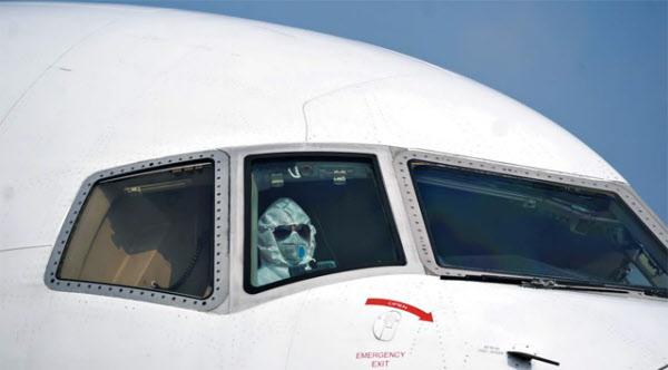코로나 진원지인 중국 우한시 공항에서 한 비행기 조종사가 방진복과 마스크를 착용한 모습. 기사 본문 내용과는 무관하다. /신화 연합뉴스
