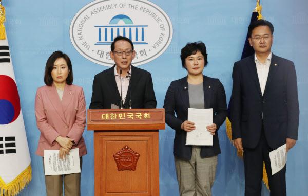 미래통합당 법사위원들이 지난달 국회 소통관에서 기자회견을 하고 있다. 왼쪽부터 전주혜 의원, 김도읍 의원, 조수진 의원, 유상범 의원./뉴시스
