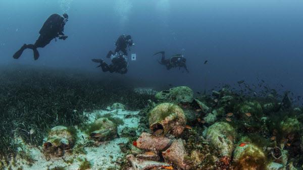 그리스 에개해 알로니소스섬 연안에서 기원전 5세기 난파된 고대 그리스 상선과 배 안에 있던 유물들을 다이버들이 둘러보고 있다. /AP 연합뉴스