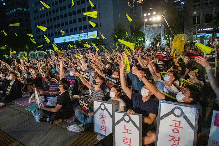 """종이비행기 날리며 """"인천공항 지키자"""" - 1일 오후 서울 중구 예금보험공사 앞에서 열린 '공정한 정규직 전환 촉구 문화제'에 참가한 인천공항공사 정규직 노조원들과 시민 등 1500여명이 일제히 종이비행기를 하늘로 날려보내고 있다. 이들은 종이비행기에 인천공항을 지키자는 뜻을 담았다고 했다."""
