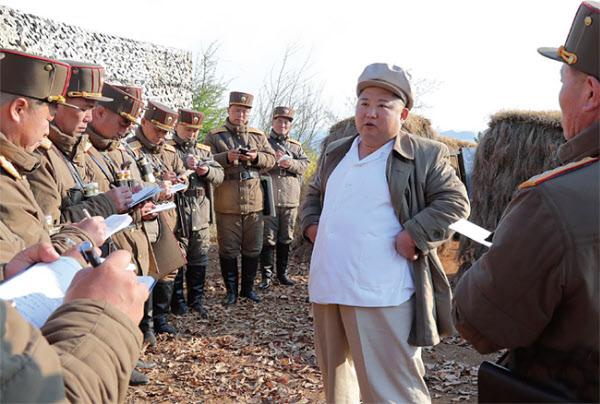 지난 4월 10일 김일성이 즐겨 입던 베이지색 헌팅캡과 흰색 셔츠 차림으로 박격포 부대를 시찰한 김정은. /뉴시스