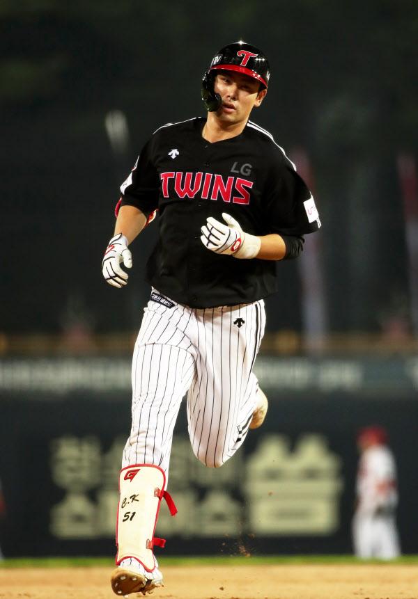 5일 홈런을 치고 그라운드를 도는 홍창기. / 연합뉴스