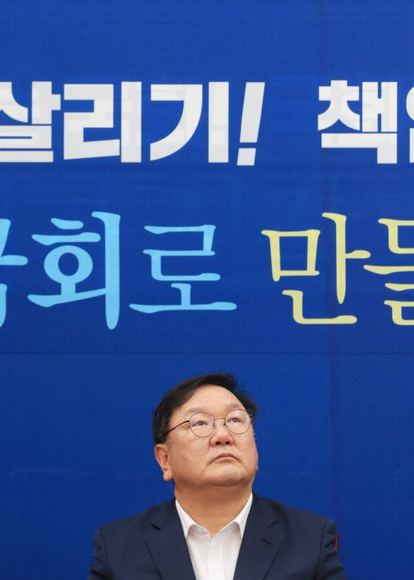 더불어민주당 김태년 원내대표가 6일 오전 서울 여의도 국회에서 열린 정책조정회의에서 생각에 잠겨있다./연합뉴스