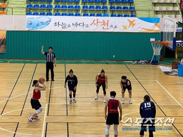 6일 사천시청과의 연습 경기에서 왼손으로 자유투를 던지고 있는 BNK 이소희. 사진제공=BNK여자농구단 제공