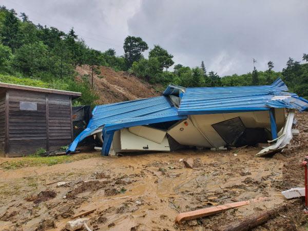 """[속보] 계속된 폭우...전북 장수군 산사태 발생 """"2~3명 매몰 추정"""""""