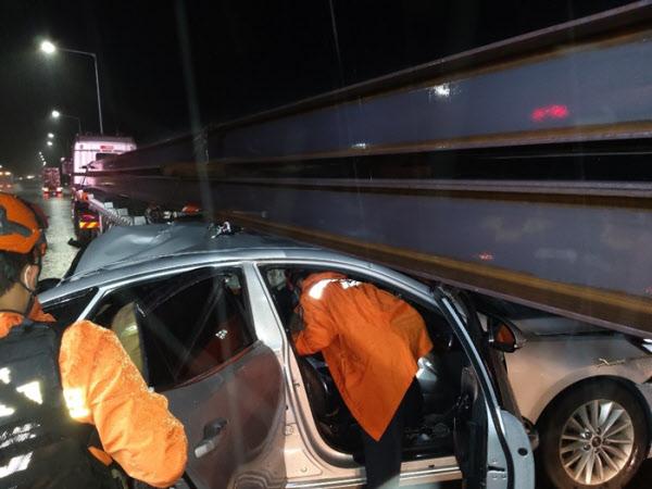 구조대원이 사고난 택시에서 운전자와 승객을 구조하는 모습/충북소방본부