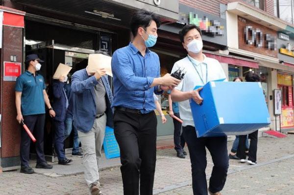 경찰이 6월26일 오후 서울 강남구 일원동에 있는 탈북민 단체 '큰샘' 사무실을 압수수색하고 압수품을 차로 옮기고 있다. /연합뉴스