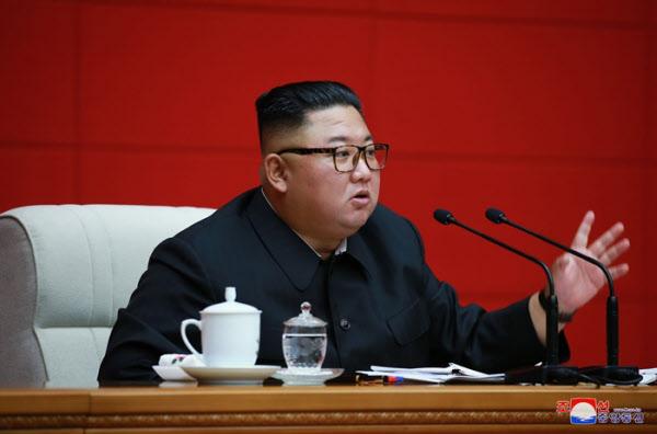북한 김정은 국무위원장이 지난 13일 당중앙위원회 본부청사에서 노동당 중앙위원회 제7기 제16차 정치국 회의를 진행했다고 조선중앙통신이 14일 보도했다. /조선중앙통신 연합뉴스