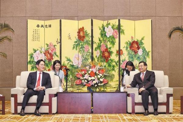 이재용 삼성 전자 부회장이 2020 년 5 월 17 ~ 19 일 중국 산시 성 시안 메모리 반도체 공장을 방문해 산시 성 후 허핑 비서와 대화를 나누고있다. / 조선 일보 DB
