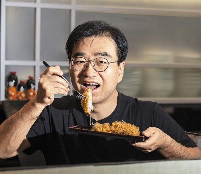 """서울 삼성동 돈까스 집에서 '튀김의 발견'을 쓴 과학자 임 두원을 만났다.  임씨는""""식당 주방이 과학 실험실과 매우 비슷해서 처음부터 익숙해졌다""""고 말했다.  김종연 영상 미디어 기자"""