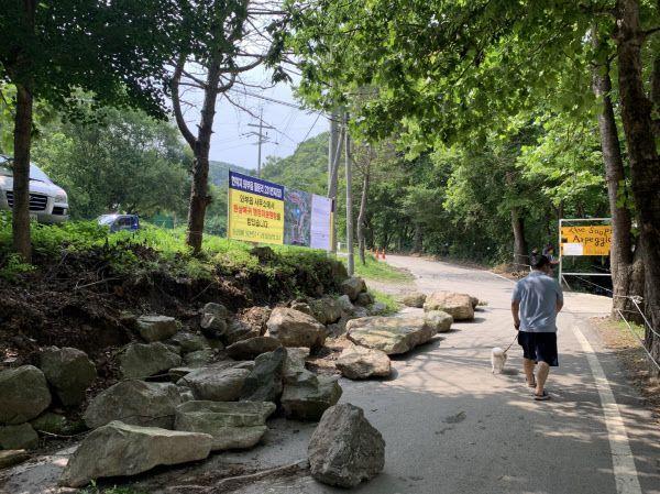 지난달 경기 남양주 묘적사 인근의 동네 길에 수십개의 돌덩이가 놓여져 있다. /독자제공