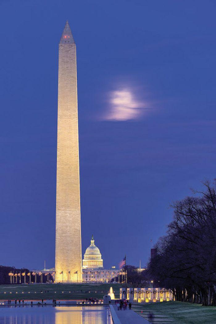 워싱턴 기념비를 중심으로 50개의 성조기가 펄럭이고 있다. 뒤로 보이는 하얀 돔 건물이 국회의사당. 계획도시인 워싱턴 DC는 초대 대통령의 이름을 땄고, 그 가운데 워싱턴 기념탑이 있다. 이집트 태양신의 권력과 권위를 상징하는 오벨리스크로 만들어졌다는 것이 인상적이다.