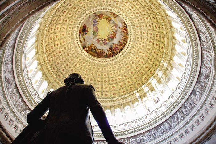 국회의사당 로툰다홀을 장식하고 있는 조지 워싱턴 동상. 그 위로 보이는 천장화는 '조지 워싱턴의 신격화'를 소재로 하고 있다.