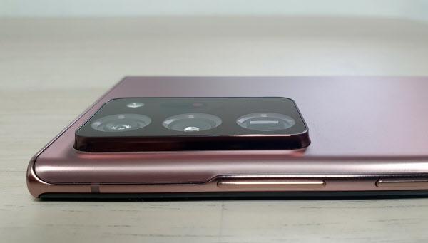 Galaxy Note 20 Ultra 제품의 카메라 모듈이 튀어 나옵니다.  김성민 기자