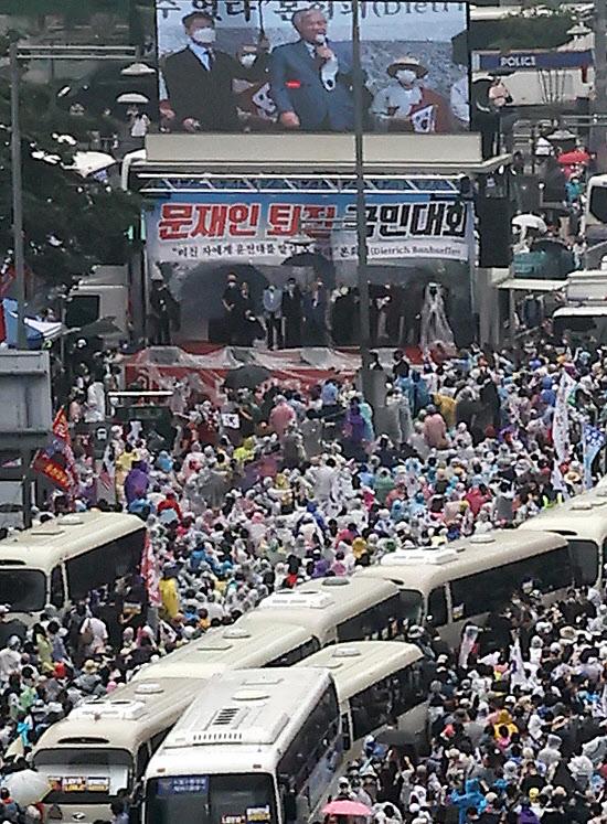 15일 오후 서울 종로구 동화면세점 앞에서 열린 반정부 집회에서 사랑제일교회 전광훈 목사가 발언하고 있다. /연합뉴스