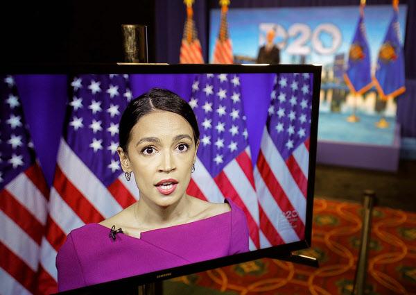 청년층의 민주당 좌파를 대표하는 알렉산드리아 오 카시오-코르테즈 하원 의원 (AOC)이 18 일 밤 연설에서 당의 좌파 상원 의원 버니 샌더스를 대통령 후보로지지하고있다 ./AFP 연합 뉴스