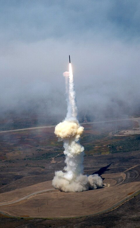 미 요격기 추진로켓이 발사되는 장면. /미 공군