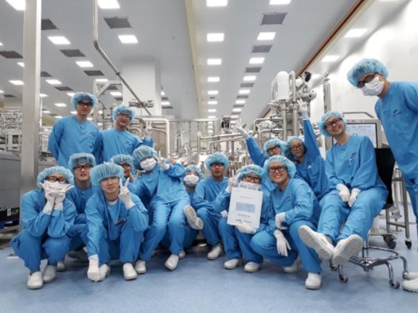 삼성바이오로직스 bioreactor파트팀과 찍은 우아영씨(오른쪽에서 여섯번째) /본인 제공