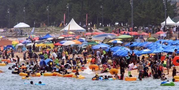 지난 2일 강원도 속초해수욕장이 피서객들로 붐비고 있다. /연합뉴스