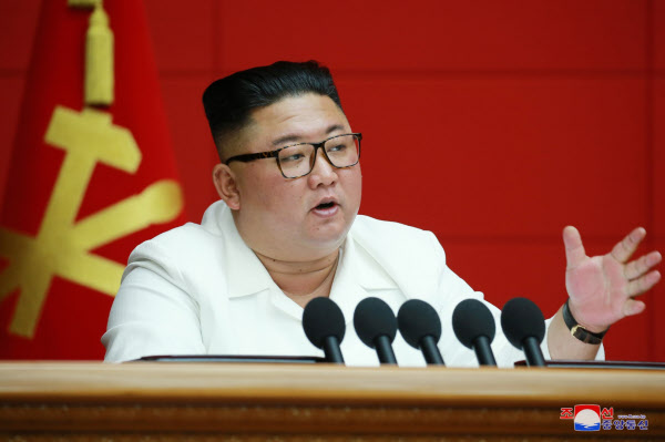 북한 김정은 위원장이 19일 북한 평양 노동당 중앙위원회 본부청사에서 열린 제7기 제6차 당 전원 회의를 주재했다고 조선중앙통신이 20일 보도했다./조선중잉통신, 연합뉴스