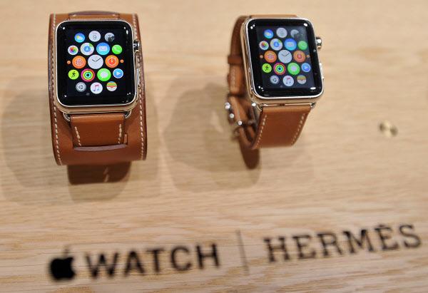 Apple의 'Apple Watch Hermes'는 고급 브랜드 Hermes와 제휴하여 출시되었습니다.  Strategy Analytics (SA)에 따르면 Apple은 2019 년 전 세계적으로 총 3,070 만 대의 Apple Watch를 판매했습니다. 이는 스위스 시계 브랜드의 총 시계 출하 수 (2,110 만 대)를 합친 것보다 많은 수치입니다 ./AFP 연합 뉴스
