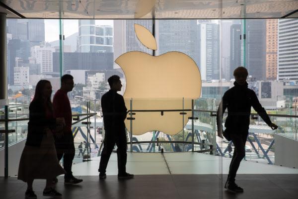 지난해 1 월 홍콩 쇼핑객들이 애플 마크가있는 쇼핑몰을 지나고있다.  전 세계 인구의 20 %, 미국인의 절반 정도가 애플 제품을 사용하는 것으로 알려졌다 ./EPA 연합 뉴스