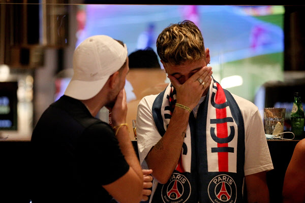 24일 바이에른 뮌헨과의 UFEA 챔피언스리그 결승전에서 패한 뒤 슬픔에 빠진 PSG 팬들./신화 연합뉴스