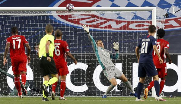 24일 PSG와의 UEFA 챔피언스리그 결승전에서 공을 쳐내는 바이에른 뮌헨 골키퍼 마누엘 노이어./AP 연합뉴스