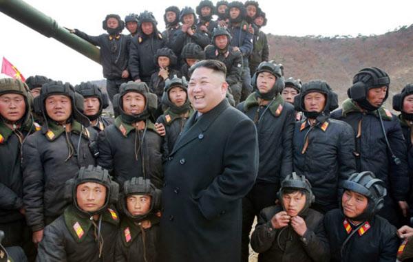 인민군 탱크부대를 찾은 김정은. 밝은 표정인 김정은과 달리 그의 주변 병사들의 얼굴은 어둡다.