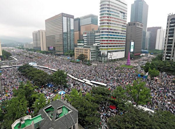 광복절인 지난 15일 서울 종로구 세종대로 일대에서 정부와 여당을 규탄하는 시민 수만명이 모여 항의 집회를 열고 있다. /장련성 기자