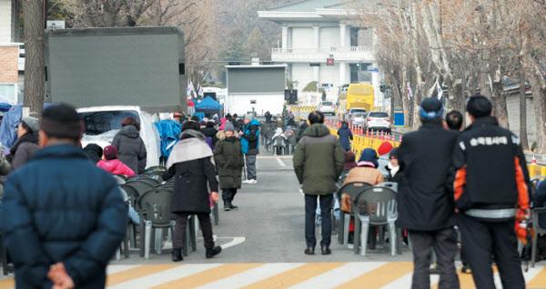 작년 12월 '문재인 하야 범국민투쟁본부'가 서울 종로구 사랑채 인근 효자로에 간이 의자를 설치하고 농성을 하고 있다. /장련성 기자