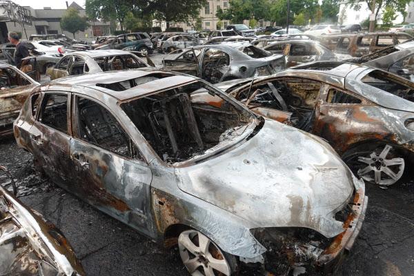 25일(현지 시각) 미국 위스콘신 케노샤에서 벌어진 시위 현장에서 전소한 차량./AFP 연합뉴스