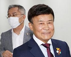 김원웅(앞) 광복회장이 24일 국회 소통관에서 기자회견을 했다. /뉴시스