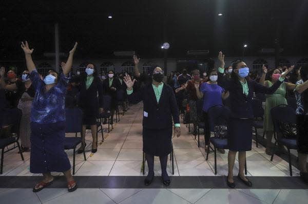 지난 12일(현지 시각) 니카라과 마나과의 한 개신교 교회에서 마스크를 쓴 여성들이 함께 모여 예배를 올리고 있다./AP 연합뉴스