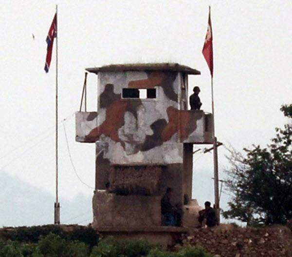 지난 6월 18일 오전 경기도 파주 접경지대의 북한군 초소에서 철모와 총검을 장착한 것으로 보이는 무장 북한군 이동이 목격됐다./이진한 조선일보 기자