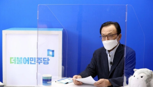 더불어민주당 이해찬 대표가 28일 온라인 기자회견에서 발언하고 있다./연합뉴스