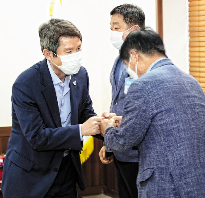금강산 기업인과 주먹인사 이인영(왼쪽) 통일부 장관이 28일 정부서울청사 장관실에서 금강산 사업 관련 기업인들을 만나 인사하고 있다.