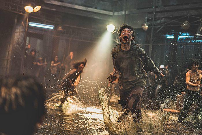 타액은 광견병, 황열병 및 코로나 19 바이러스를 전달하는 강력한 매개체입니다.  사진은 사람을 물고 바이러스를 옮기는 좀비 영화 '핀 슐라'의 한 장면이다.