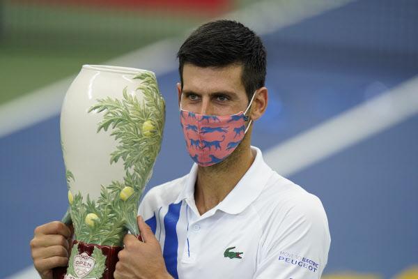 노바크 조코비치가 30일 마스크를 쓰고 웨스턴 앤드 서던 오픈 우승 트로피를 들었다./AP연합뉴스