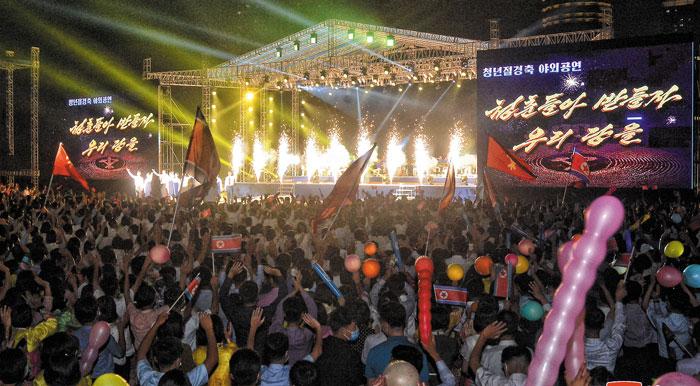 북한 청년절 경축 야외공연이 지난 28일 평양 4·25 문화회관 광장에서 진행됐다며 조선중앙통신이 29일 보도한 장면.