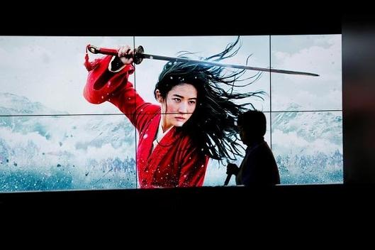 지난 11일 중국에서 개봉한 영화 뮬란이 스크린에서 상영되고 있다. /로이터 연합뉴스