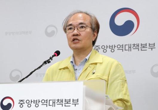 권준욱 중앙방역대책부본부장이 코로나19 국내 발생 현황을 브리핑 하고 있다. /연합뉴스