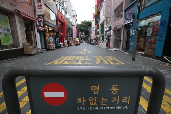 '사회적 거리 두기 2.5단계' 시행됐던 지난달 31일 서울 중구 명동 거리가 한산하다. /연합뉴스
