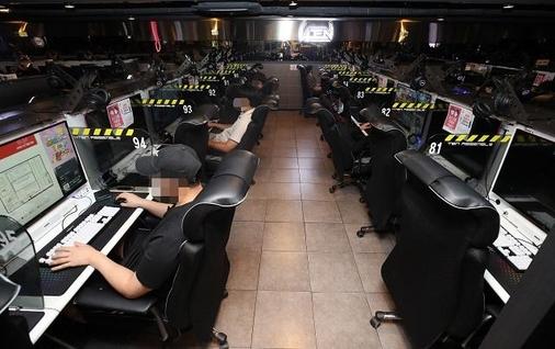 수도권의 사회적 거리두기 '2.5단계' 조치가 '2단계'로 하향조정된 14일 오후 서울 동작구의 한 PC방에서 마스크를 착용한 이용객들이 한 칸씩 건너 앉아있다. /연합뉴스