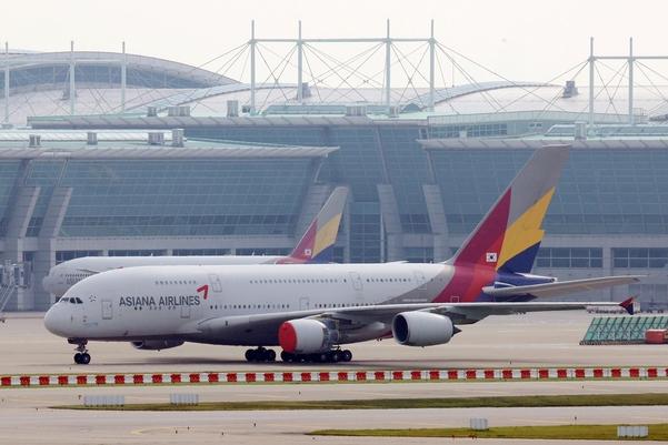 인천국제공항 제1여객터미널에 아시아나 항공기가 세워져 있다./연합뉴스